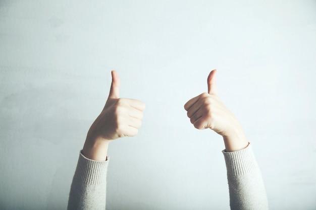 Kobieta robi pozytywny gest ręką