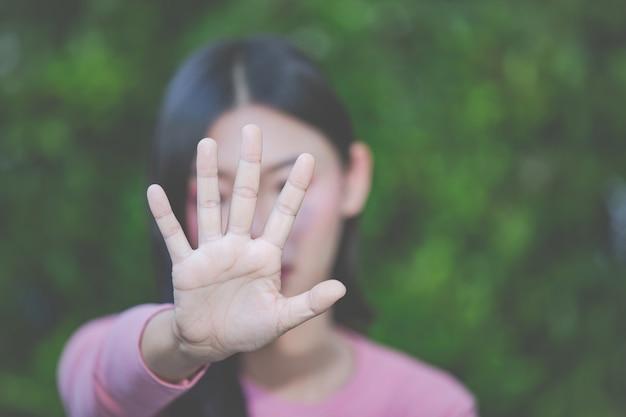 Kobieta robi przerwie gestykulować z jej ręką.