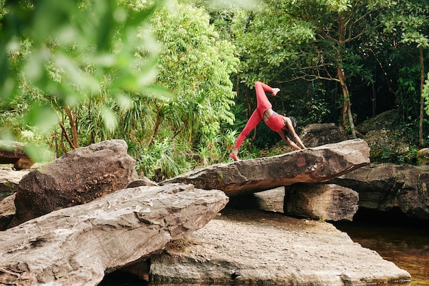 Kobieta robi psa na jednej nodze skierowanej w górę