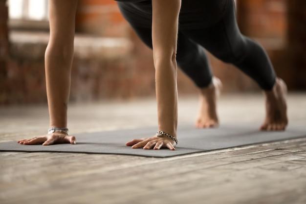 Kobieta robi push up lub naciśnij ups ćwiczenia, z bliska