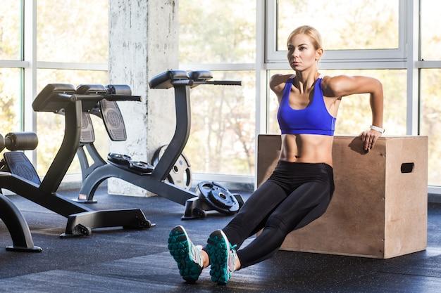 Kobieta robi push up na crossfit coub