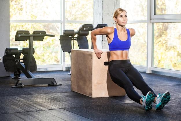 Kobieta robi push up na triceps