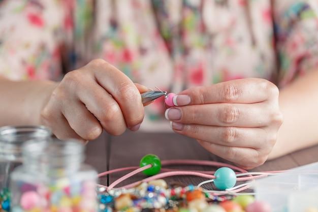 Kobieta robi ręcznie robioną biżuterię