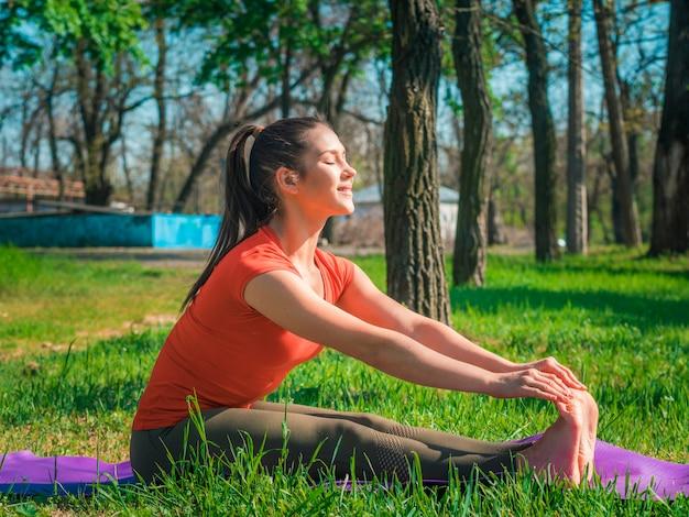 Kobieta robi rozciągające ćwiczenia na świeżym powietrzu