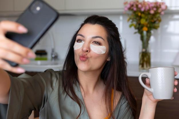 Kobieta robi selfie z bliska