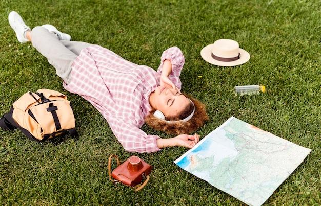 Kobieta robi sobie przerwę po podróży na zewnątrz