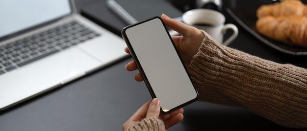 Kobieta robi sobie przerwę ze smartfonem