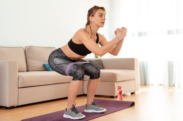 Kobieta robi sportowi w domu
