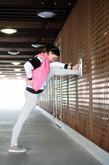 Kobieta robi sporty na świeżym powietrzu