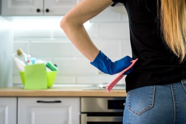 Kobieta robi sprzątanie kuchni z gumowymi rękawiczkami i szmatą. koncepcja czyszczenia