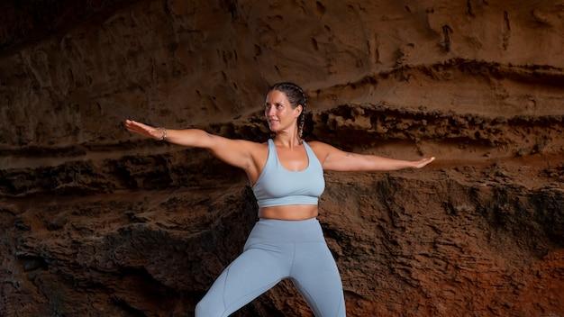 Kobieta robi średni strzał jogi