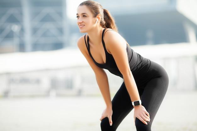 Kobieta robi trening pozyci w stadium