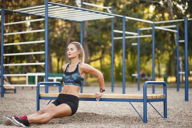 Kobieta robi treningu spadków