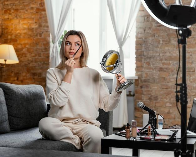 Kobieta robi vlog uroda w domu