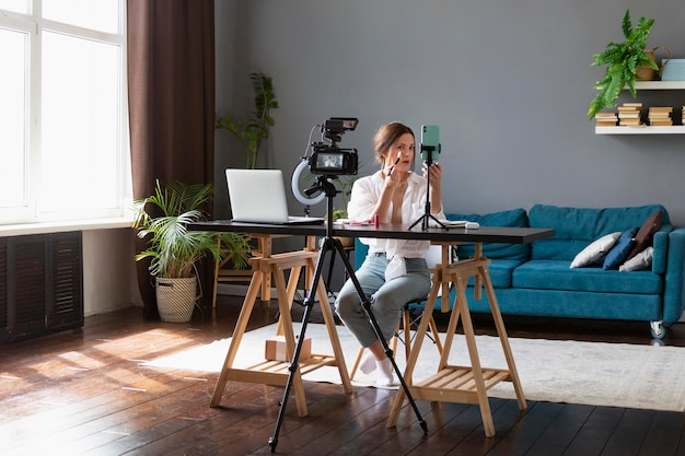 Kobieta robi vloga o urodzie swoim profesjonalnym aparatem