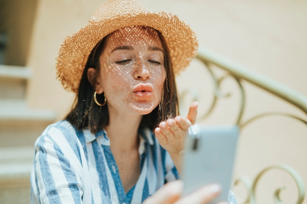 Kobieta robi wideo rozmowie od jej telefonu
