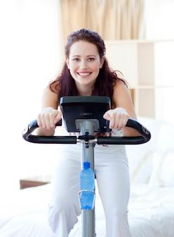Kobieta robi wirować rower w domu