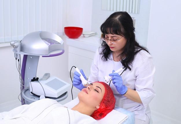 Kobieta robi zabiegi kosmetyczne w klinice uzdrowiskowej
