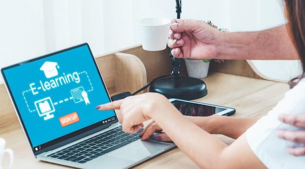 Kobieta robi zajęcia online