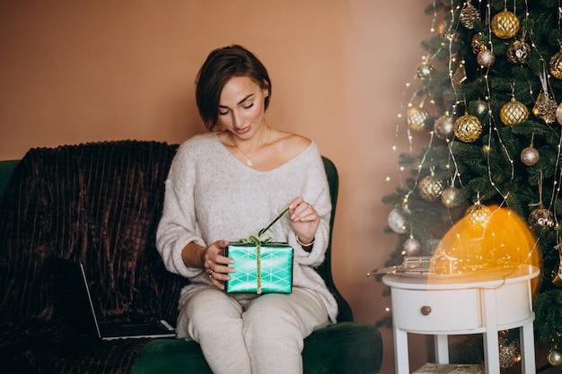 Kobieta robi zakupy online na boże narodzenie sprzedażach