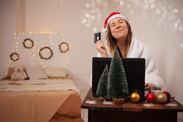 Kobieta robi zakupy online na boże narodzenie