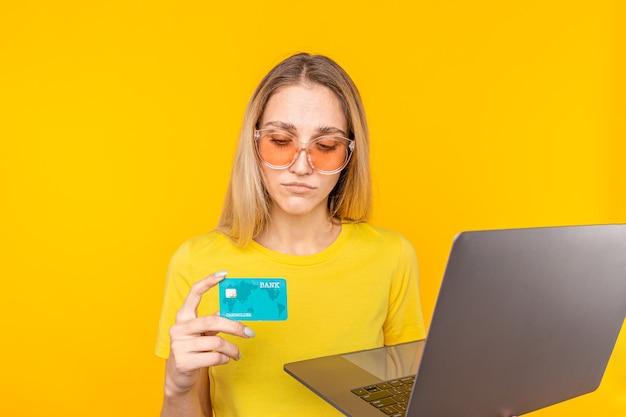 Kobieta robi zakupy online za pomocą karty kredytowej i komputera. koncepcja zakupów w internecie.