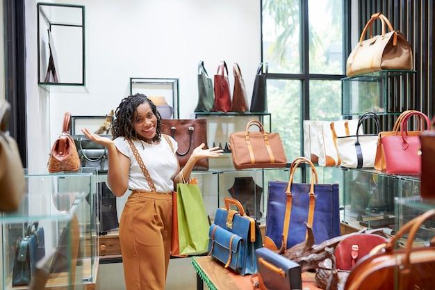 Kobieta robi zakupy w centrum handlowym