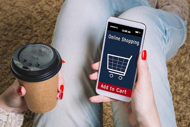 Kobieta robi zakupy w sklepie internetowym, ikona koszyka, handel elektroniczny.