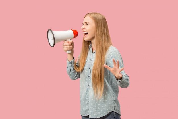Kobieta robi zawiadomieniu z megafonem