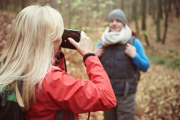 Kobieta robi zdjęcie mężowi