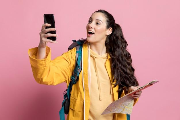 Kobieta robi zdjęcie podczas podróży