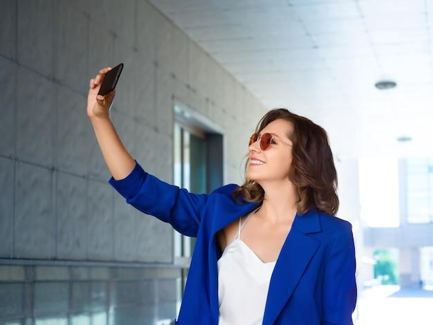 Kobieta robi zdjęcie za pomocą smartfona
