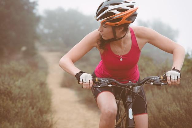 Kobieta robi zjazdowi z rowerem górskim. pojęcie o ludziach i sporcie