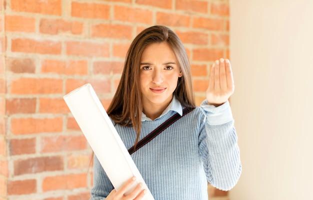 Kobieta robiąca kapryśny gest lub gest pieniędzy, każąca ci spłacić swoje długi!