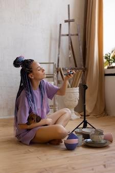 Kobieta robiąca zdjęcia produktowe ze swoim psem
