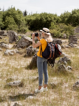 Kobieta robienia zdjęć przyrody