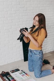 Kobieta robienia zdjęć w domu