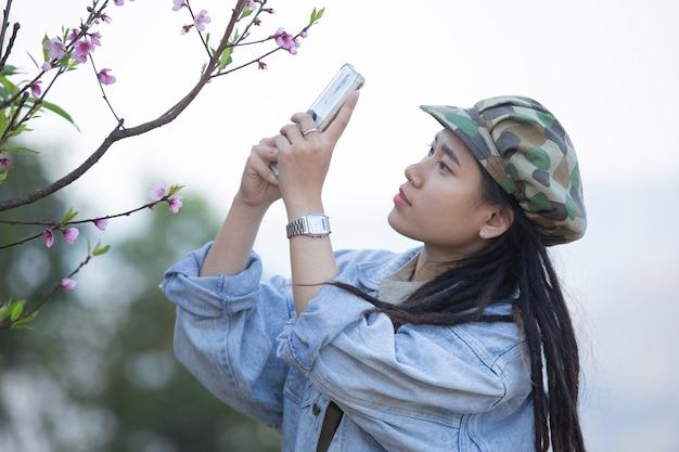 Kobieta robienia zdjęć w środku lasu przyrody wysokich drzew