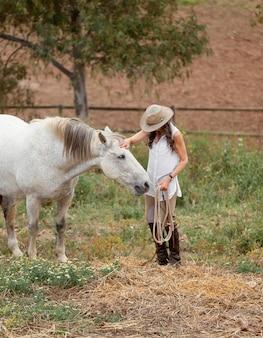 Kobieta rolnik pieszczoty jej konia