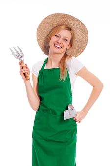 Kobieta rolnik posiadający sprzęt ogrodniczy