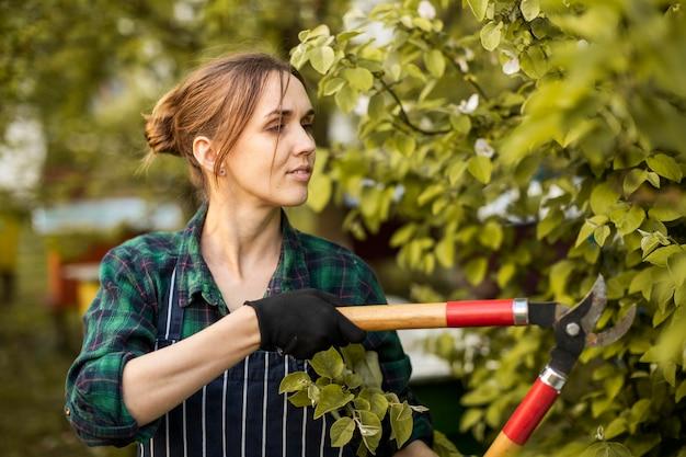 Kobieta rolnik pracuje