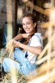 Kobieta rolnik relaksująca się na świeżym powietrzu
