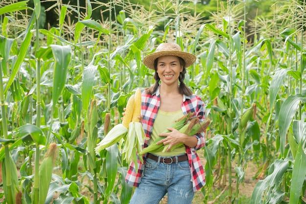 Kobieta rolnik sprawdza rośliny na swoim gospodarstwie