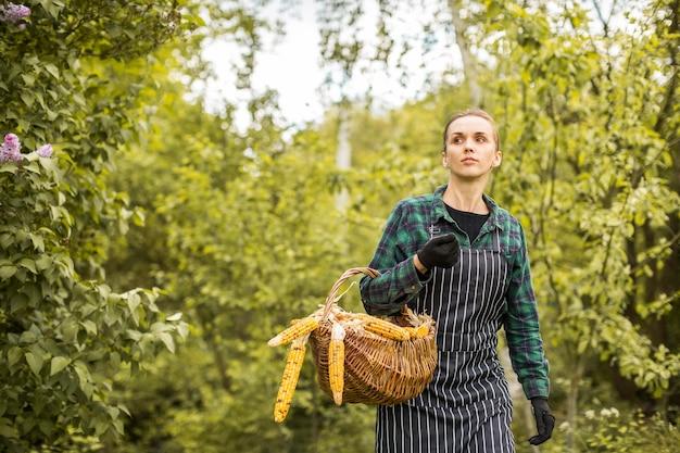 Kobieta rolnik z koszem