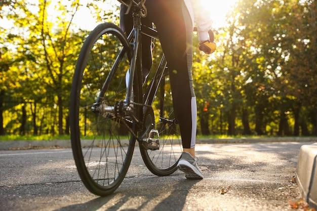 Kobieta rowerzysta jedzie na rowerze na zewnątrz