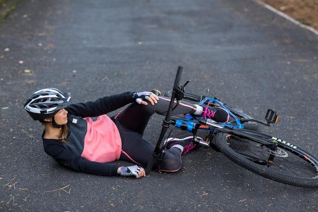 Kobieta rowerzysta spadł z roweru górskiego
