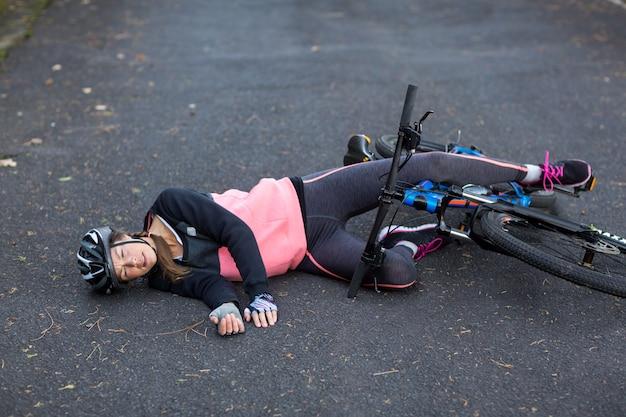 Kobieta rowerzysta spadła z roweru górskiego
