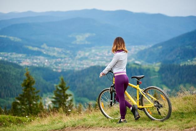 Kobieta rowerzysta z rowerem