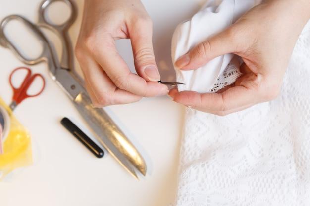 Kobieta rozbiera tkaninę na stole