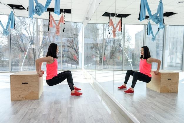 Kobieta rozciąganie ciała na siłowni. pojęcie zdrowego stylu życia. sport dla każdego